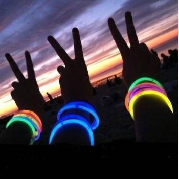 100 Pulseras luminosas PREMIUM, glow, multicolor Conectores extralargos + REGALO conectores circulares para hacer bola / flor
